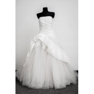 http://najsvadobnesaty.sk/6060-thickbox_default/svadobné-šaty-vera-wang.jpg